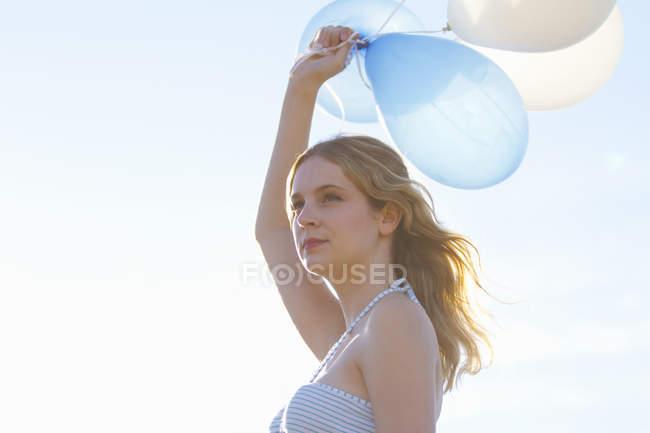 Porträt der jungen Frau hält Luftballons — Stockfoto