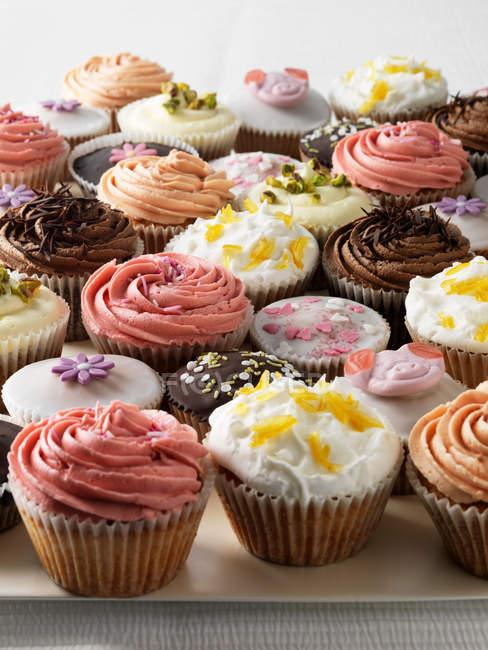 Cupcakes decorados na bandeja — Fotografia de Stock