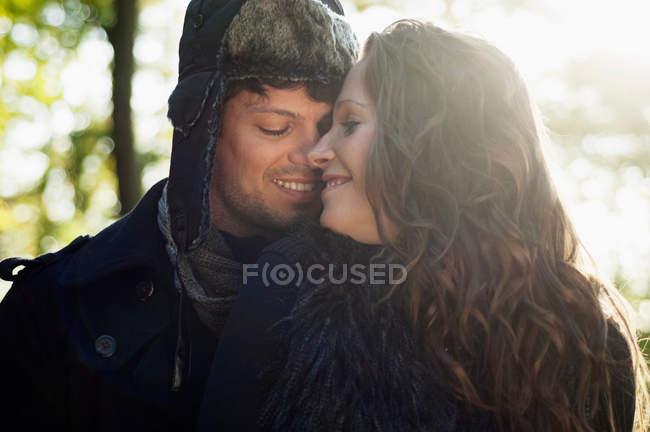Porträt eines Paares beim Kuscheln in der Herbstsonne — Stockfoto