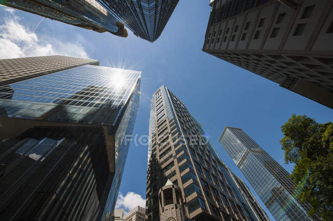 Faible angle vue des gratte-ciel dans le quartier des affaires, Hong Kong, Chine — Photo de stock