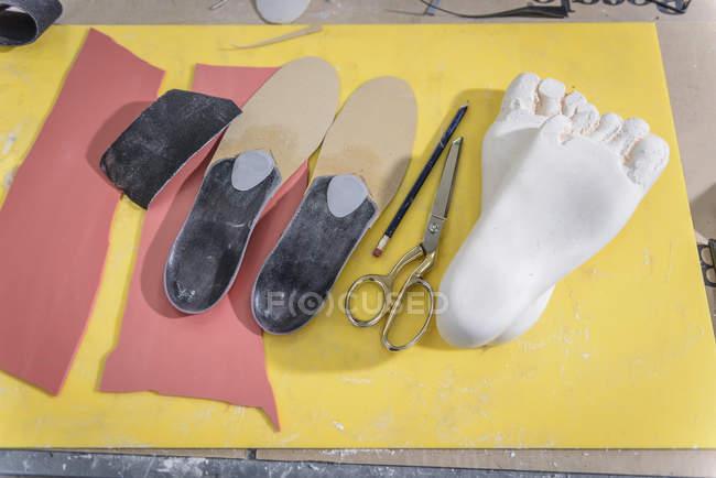 Schuheinlagen aus Gipsabgüssen Füße in medizinischen Fabrik hergestellt — Stockfoto