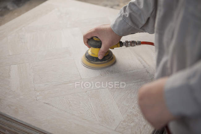 Плотник сглаживание поверхности деревянной доски на заводе, Цзянсу, Китай — стоковое фото