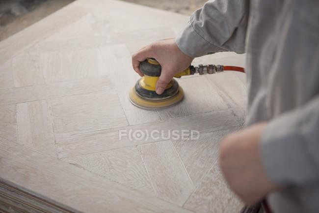 Carpenter smoothing surface of wood plank in factory, Jiangsu, China — Stock Photo