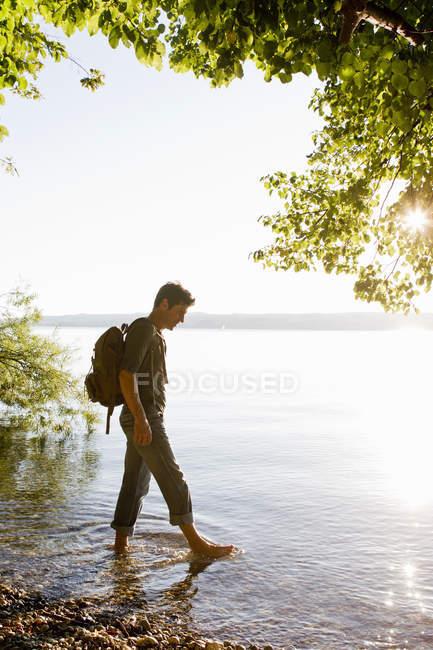 Зріла людина дитячий в озері на заході сонця — стокове фото