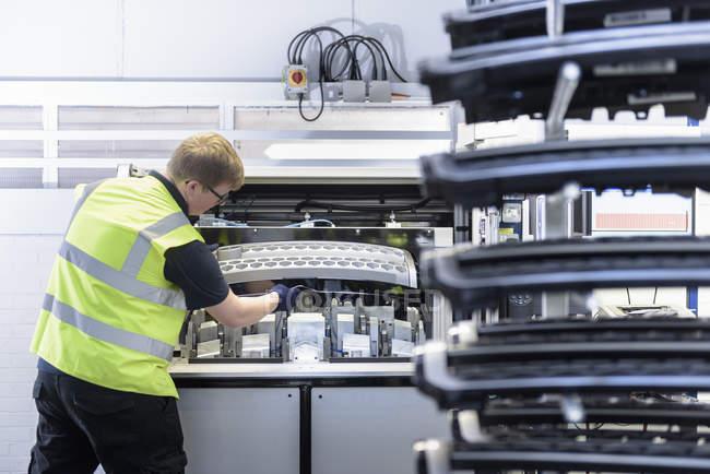Рабочий с испытательной установкой на заводе по производству распылительной краски — стоковое фото