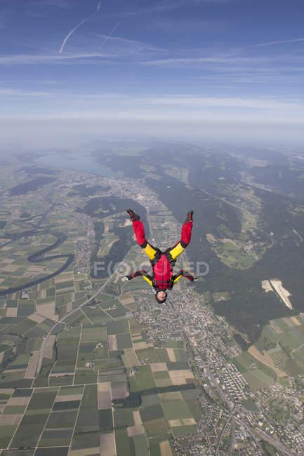 Paracaidista libre cayendo boca abajo sobre Grenchen, Berna, Suiza - foto de stock