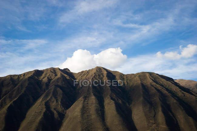 Chaîne de montagnes derrière la ville d'Ollantaytambo — Photo de stock