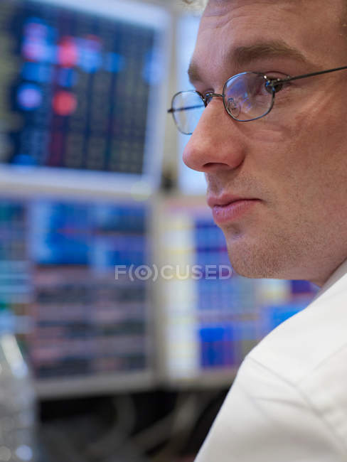 Підприємець, що працюють на комп'ютері — стокове фото