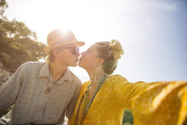 Pareja besándose a la luz del sol, Mallorca, España - foto de stock