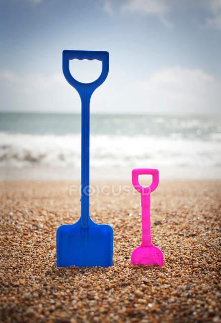 Лопати пластикові в гальковий пляж — стокове фото