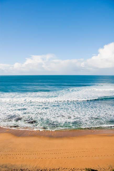 Піщаний пляж та вид на море — стокове фото