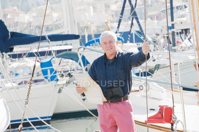 Hombre mayor de pie en el barco - foto de stock