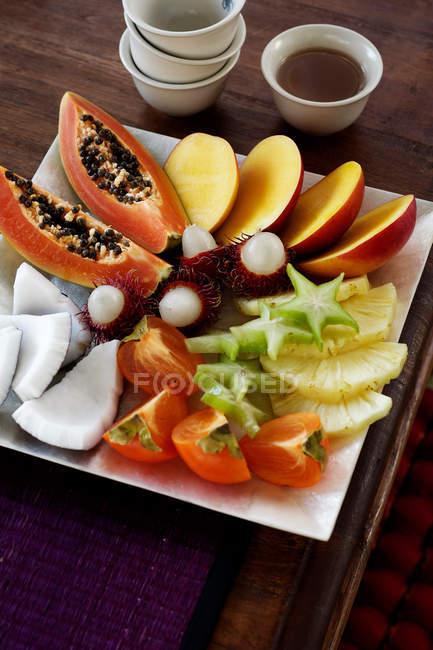 Plato de frutas con jarabe de lima - foto de stock