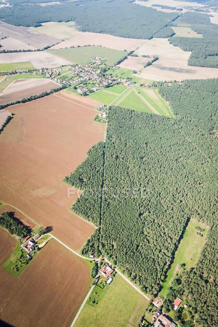 Vista aérea de bosque y pequeño pueblo - foto de stock