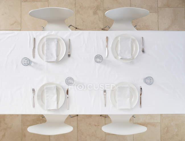 Draufsicht der gedeckten Tisch mit Geschirr und Stoff-Servietten — Stockfoto