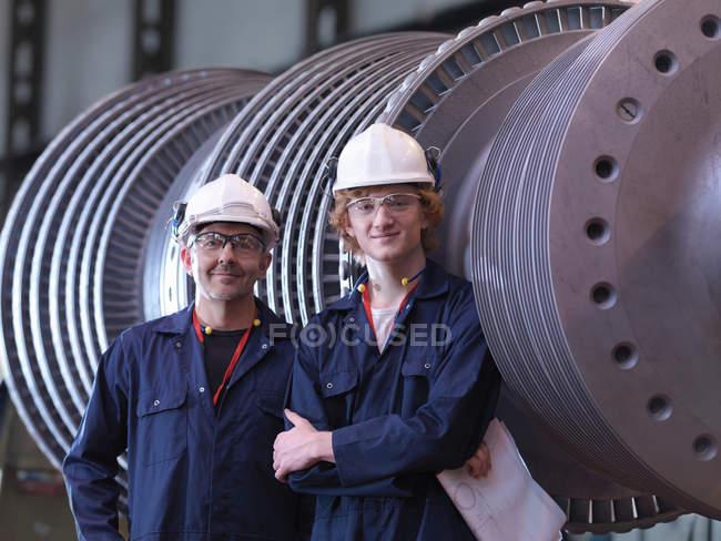 Ingénieurs à côté de Turbine — Photo de stock
