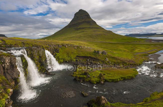 Paesaggio di montagna di cascata e verde Kirkjufoss — Foto stock