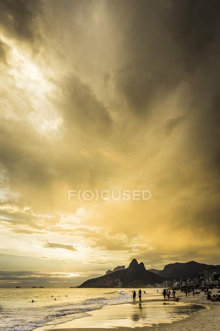 Vue de la plage d'Ipanema et de Padre Dois Irmaos contre le ciel dramatique, Rio De Janeiro, Brésil — Photo de stock