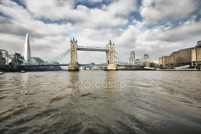 Вид на Тауэрский мост и Осколки, Лондон, Великобритания — стоковое фото