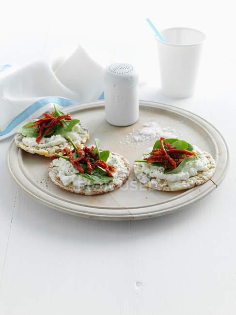 Teller Cracker mit Käse und Kräutern — Stockfoto