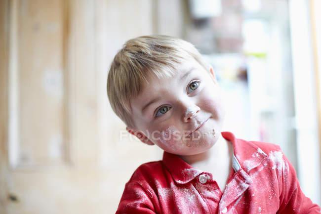 Мальчики лицо покрыто мукой на кухне — стоковое фото