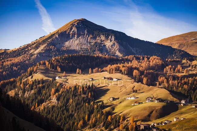 Maisons automne de montagne paysage et colline — Photo de stock
