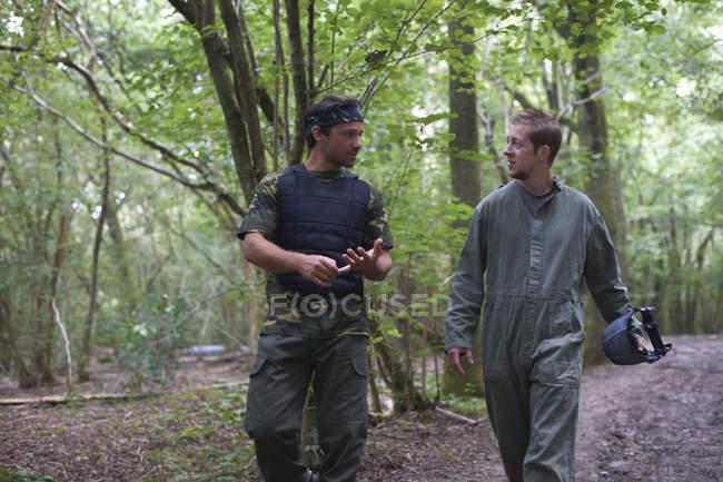 Пейнтболисты, идущие через лес — стоковое фото