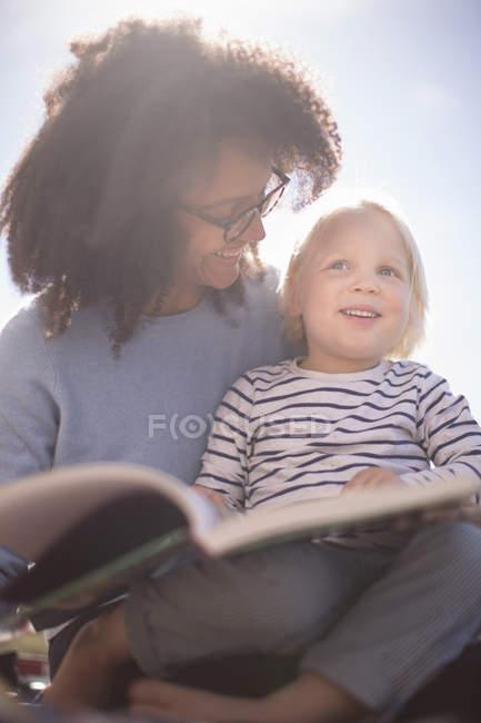 Мама читает с сыном — стоковое фото