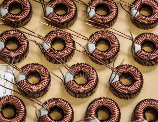 Bobinas eletromagnéticas na linha de produção na fábrica de eletromagnetismo, close-up — Fotografia de Stock