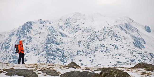 Berg, Y Garn, Snowdonia weiblichen Kletterer vor Schnee bedeckt — Stockfoto