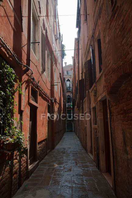 Edificios en callejón urbano - foto de stock
