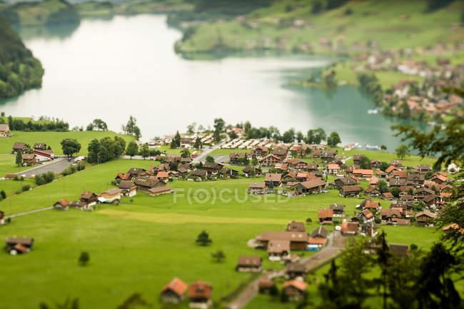 Blick auf das Dorf am See — Stockfoto