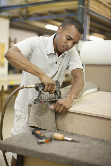 Rivestimento di fissaggio tessuto per telaio utilizzando pistola graffetta — Foto stock