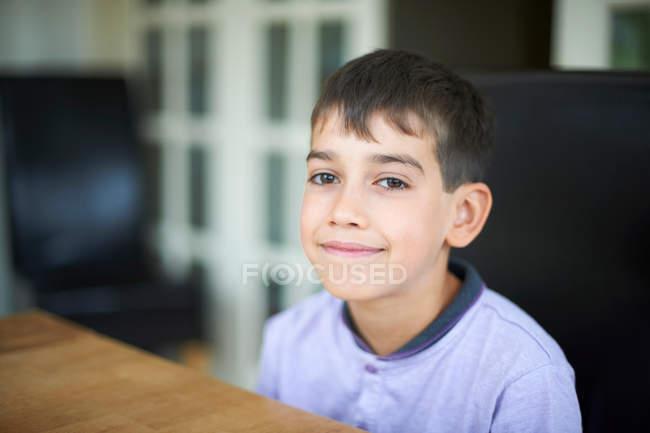 Закрыть улыбающееся лицо мальчиков — стоковое фото