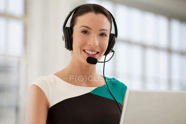Женщины телефонистками носить гарнитуру — стоковое фото