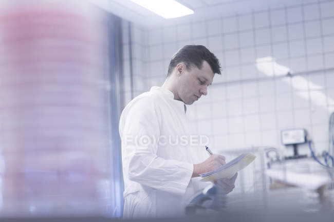 Científico trabajando en laboratorio - foto de stock