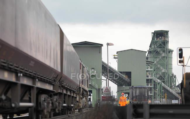 Port Worker Next To Train — Stock Photo