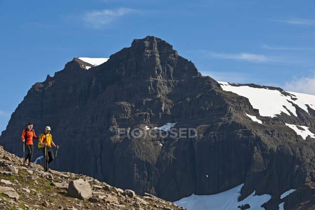 Caminhantes que caminham na escala de montanha de Dyrfjoll, Islândia do leste, Islândia — Fotografia de Stock