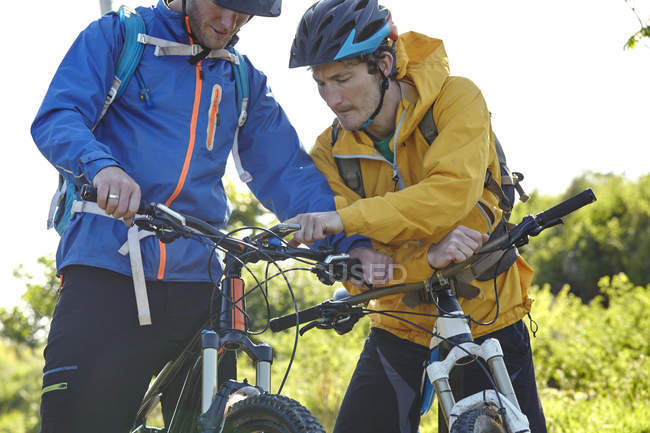Велосипедистов, с помощью смартфона, придает велосипедов — стоковое фото