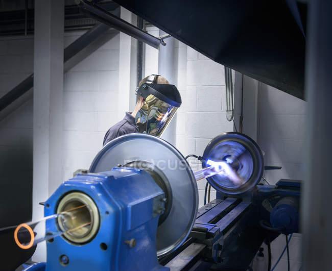 Промислові скла вентилятор, утворюючи склотрубки верстат — стокове фото