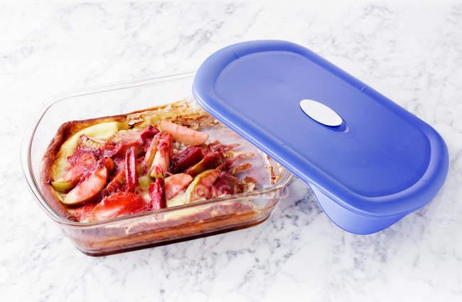 Блюдо с ревенем в контейнере — стоковое фото