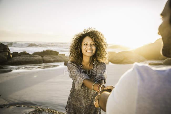 Couple enjoying beach at sunset — Stock Photo