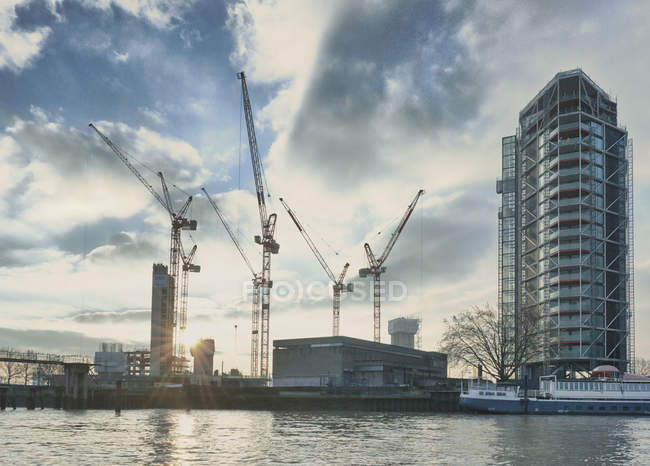 Vision du développement de bloc appartement sur la Tamise, Londres, Royaume-Uni — Photo de stock