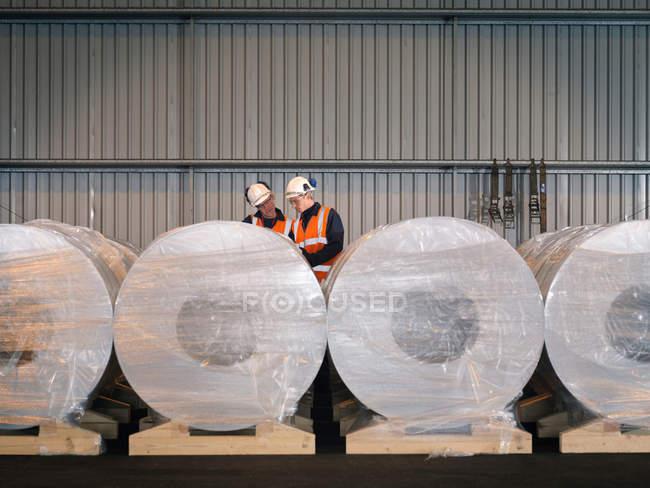 Портовые рабочие осматривают грузы — стоковое фото