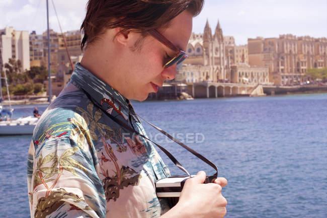 Caméra de contrôle touristique masculine, port de Ta Xbiex, Gzira, Malte — Photo de stock