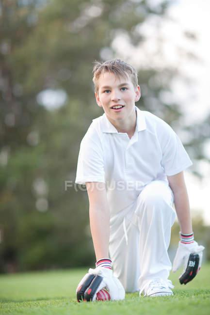 Хлопчик на колінах на крикету — стокове фото