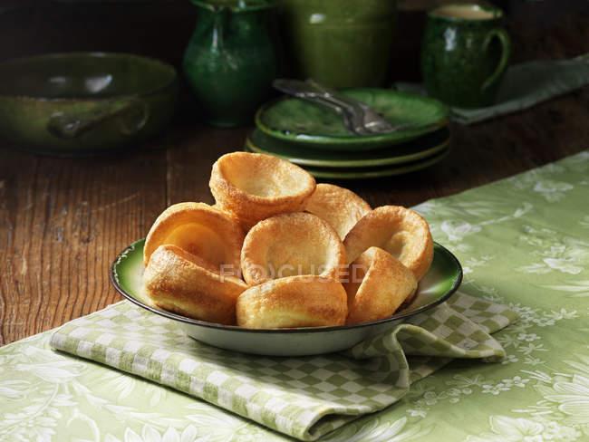Bol de puddings yorkshire sur torchon — Photo de stock