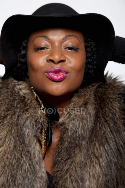 Портрет жінка носить капелюх і хутра пальто — стокове фото