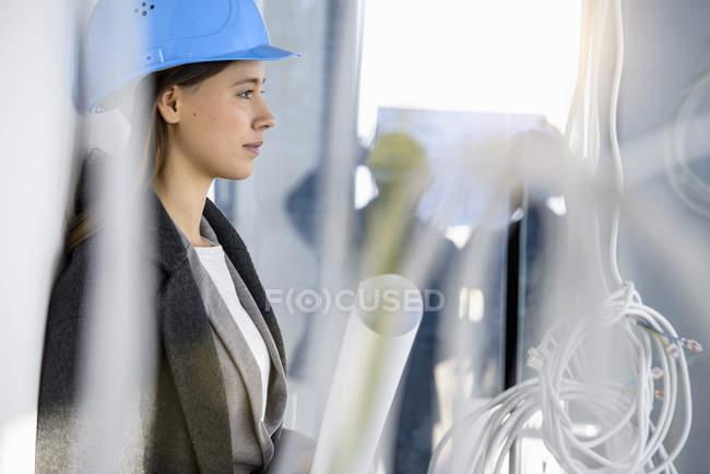 Портрет молодой предпринимательницы в новом офисе за силовыми кабелями — стоковое фото