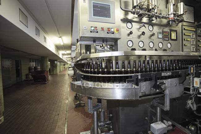 Machine d'embouteillage de bière dans la brasserie — Photo de stock